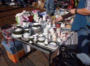 Аферист уговорил на улице старика купить набор посуды за 50 000 рублей