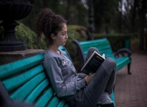 Читальный зал под открытым небом открыли в Центральном парке Ставрополя