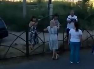 «Дворовые разборки»: жители многоэтажки «воюют» за забор с властями Михайловска