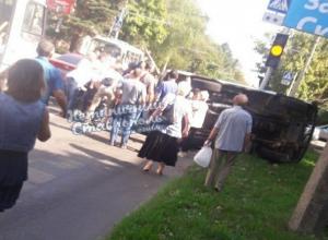 «Скорая» перевернулась перед светофором на перекрестке в центре Ставрополя – есть пострадавшие