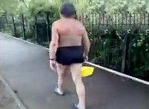 Загадочный мужчина в трусах с ведром на улицах Железноводска попал на видео
