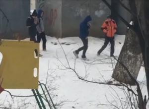 Нюхающие за гаражами газ «малолетки» попали на видео в Ставропольском крае