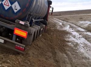 30-тонный грузовик, груженный нефтью, чуть не перевернулся на Ставрополье