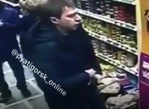 Вор «без комплексов» «свистнул» бутылку с магазина на глазах покупателей в Пятигорске