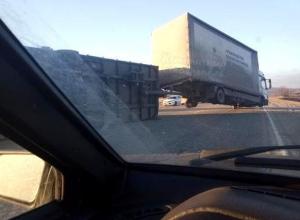 Грузовик с прицепом сдуло ветром с трассы Ставропольского края