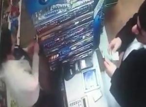 Ловкость рук по-мошеннически: мужчина выманил тысячу у продавщицы в Ставрополе