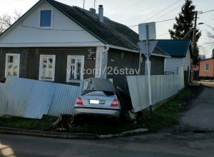 Иномарка «не вписалась» в поворот и «разнесла» забор в Ставрополе