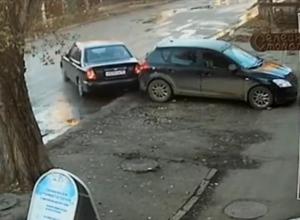 Аварийный занос лихого гонщика с тараном чужой машины и последующим бегством попал на видео в Пятигорске