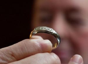 Женщина украла дорогое кольцо из кармана врача в Ставрополе