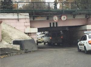 Мужчина попал в нелепое ДТП во время съемки застрявшей под мостом «Газели» на Ставрополье