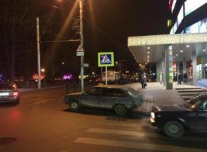 Паркуюсь как хочу: такси расположилось на пешеходном переходе возле ТЦ «Европейский» Ставрополя