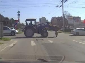 «Оперативненько»: забавная ситуация с матрасом на дороге попала на видео в Ставрополе