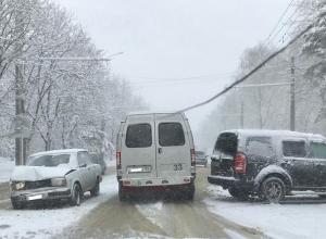 Из-за жуткого мокрого снегопада в ДТП попали много машин на Ставрополье