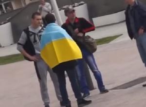 С украинским флагом по Ставрополю: пранкеры из краевой столицы решили проверить реакцию сограждан на украинский двуколор