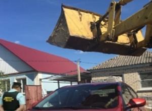 Не хотевший отдавать машину приставам мужчина грозился разбить ее тракторным ковшом на Ставрополье