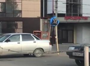 «Трехметровый» мальчик разгуливал по улицам и попал на видео в Пятигорске