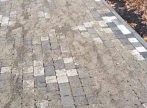 Новую тротуарную дорожку «поглотил» выступивший песок в Пятигорске