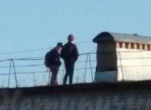 Школьники устроили опасные прогулки по крыше многоэтажки в Ставрополе