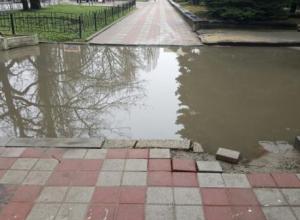 «Озером» из лужи на улице Ленина в Ставрополе возмутилась местная жительница