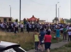 Тревожные кадры экстренной эвакуации учеников школы в Ставрополе сняли на видео