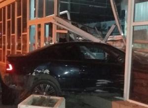 Черный «БМВ» на высокой скорости снес стену магазина на Ставрополье