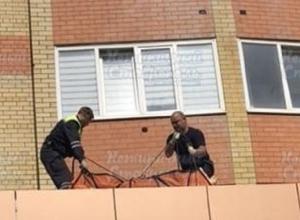 Женщина выпала из окна и разбилась насмерть в Ставрополе