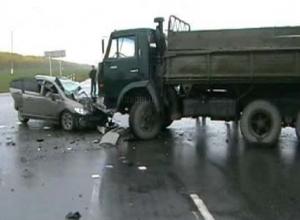 Два человека погибли в лобовом столкновении «Хонды-Цивик» с грузовиком на трассе Ростов - Ставрополь