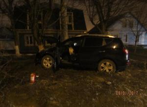 Иномарка въехала в дерево на улице Серова в Ставрополе