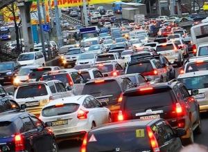 Серьезные пробки по всему городу вызвали начавшиеся дожди в Ставрополе
