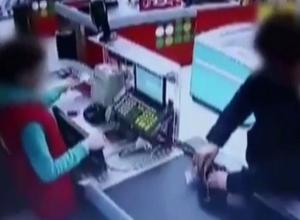 Мошенник-имитатор попал на видео, когда обманывал продавца на кассе на Ставрополье