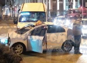 Авария с участием «маршрутки» и легкового такси произошла на глазах «гаишников» в Ставрополе