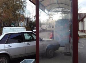 Ставрополец пожаловался на воняющие мусорки и нарушение правил парковки на остановке