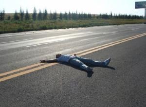 Мужчина выбросил убитого им друга на дорогу и притворился, что случайно обнаружил его на Ставрополье