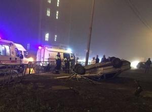 «Легковушка» снесла ограждение и перевернулась на перекрестке в Ставрополе