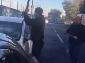 Спасение водителя из дымящегося автомобиля со ставропольскими номерами попало на видео