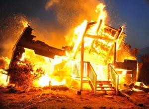 Сильный пожар в доме тушили 16 человек на Ставрополье