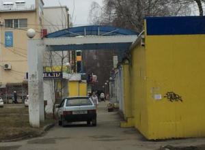 Паркуюсь как хочу: автохам разместился на тротуаре в юго-западном районе Ставрополя