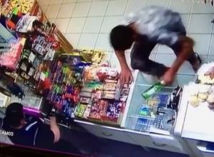 Дерзкое ограбление магазина с помощью бутылки оказалось записано на камеру видеонаблюдения в Пятигорске