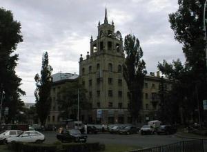 Прежде и теперь: здание «под шпилем» в Ставрополе приобрело новый вид