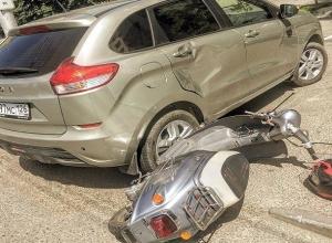 Скутер на полном ходу въехал в Lada-ХRay в Ставрополе