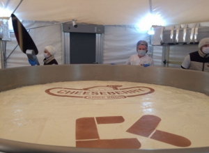Появилось видео самого большого чизкейка в мире, приготовленного в Ставрополе