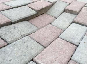 Провалившаяся брусчатка по дороге в детский сад возмущает жительницу Пятигорска