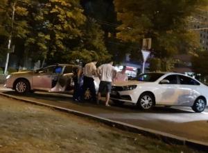 Хитрый трюк с поднятием шлагбаума для нескольких машин на стоянке ЦУМа закончился курьезным ДТП в Ставрополе