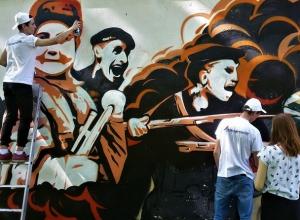 Большое красивое граффити с советскими десантниками появилось в Ставрополе