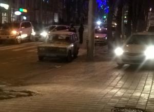 Два автомобиля заблокировали движение по центральной улице Ставрополя