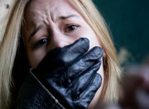 Трое похитителей грубо затолкали девушку в машину и вывезли на пруд в Ставропольском крае