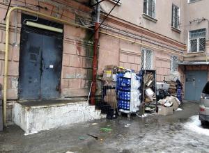 На устроенную супермаркетом свалку во дворе жилого дома пожаловались жители Пятигорска