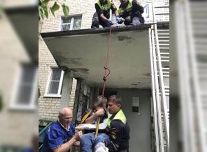 Молодой человек сломал себе руку и ногу после прыжка на козырек подъезда в Ставрополе
