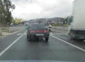 Захватывающее видео погони за едва не сбившим женщину «бесправным» водителем «десятки» появилось на Ставрополье