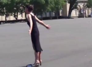 Осквернившая памятник Ленину неадекватная женщина незадолго до задержания попала на видео
